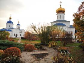 Монастырский парк и вид на оба храма - осень 2019