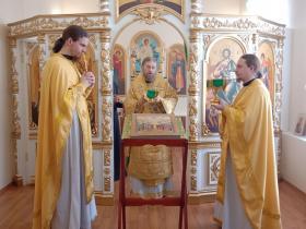 первая литургия архиерейским чином в домовом храме игуменского корпуса в честь всех Преподобный Отцов в подвиге просиявших - 2020 год